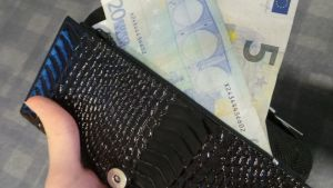 käteistä lompakossa
