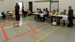 Alakoululaisia Kaukovainion tekniikan yksikön liikuntasalissa esittelemässä itse suunnittelemiaan ja rakentamiaan leluja.