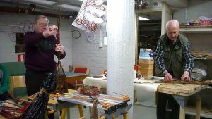 Pajutyöt ovat valmistumassa torstain myyjäisiin. Hopeaseppämestari Markku Laulaja sanoo, että kun työikänsä teki metallitöitä, nyt on hauska työstää pajua.