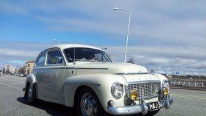 Vanha auto vappukulkueessa Oulussa