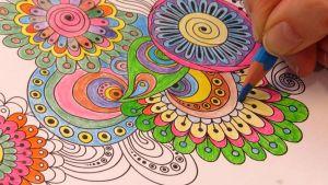 Värityskirjaa väritetään.