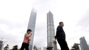 Jalankulkijoita Lujiazuin-liikekeskuksen edustalla Shangaissa.