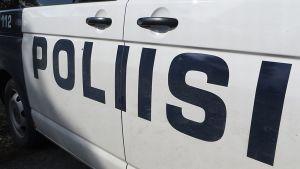 Poliisiteksti auton kyljessä.
