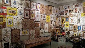 Kuvassa huone, jonka seinät ovat täynna tauluja.