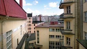 Helsingin kantakaupungissa kuvattu sisäpihanäkymä.
