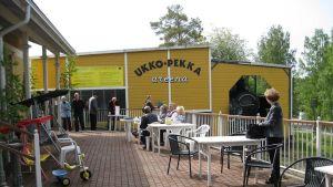 Keltainen areenarakennus Höyryveturipuistossa.