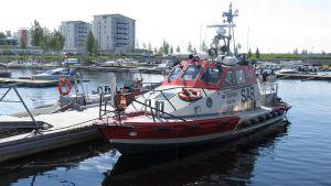 Kemin Meripelastusseuran vene Hahtisaaren venesatamassa.
