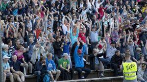 Miesten Itä-Länsi-ottelun yleisö teki aaltoa ottelun aikana.