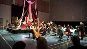 Ensemble Modern kapellimestarinaan Johannes Kalitzke esitti avajaisissa teoksen Checkpoint Ludwig.