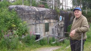 Alpo Siivola bunkkerin edessä.