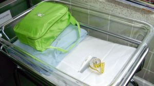 Vauvan tyhjä peti sairaalan synnytyssalissa