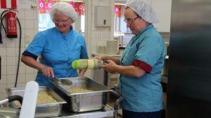 Rääkkylän koulun keittäjät Tuula Tiainen ja Raija Kovero valmistavat kanaviillokkia.