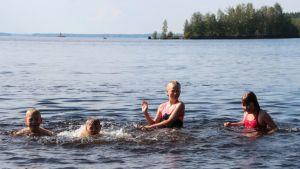Nepenmäen koulun kolmasluokkalaisia uimassa Vehkalahden uimarannalla.