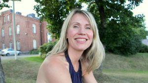 Kristiina Bruun rakastaa Lappeenrantaa. Taustalla näkyy Lappeenrannan linnoitus.
