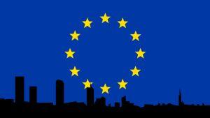 EU-lippu ja suurkaupungin siluetti
