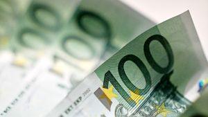 Satasen euron seteleitä.