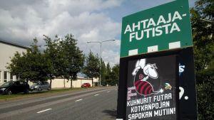 KTP:n mainoksen päälle liimattu FC Lahden mainos