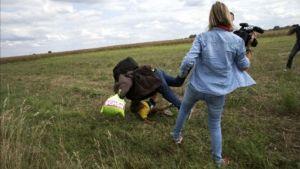 Unkarilainen tv-kuvaaja kampittaa turvapaikanhakijan tämän juostessa.