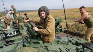 Separatistitaistelijoita tankkien kanssa.