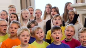 lasten kuoro laulaa