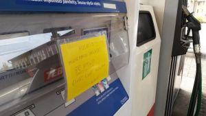 Lappu bensa-automaatin kyljessä.