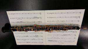 Oboe nuottien päällä kuvattuna.