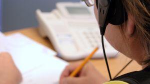 Puhelinmyyjä työssään