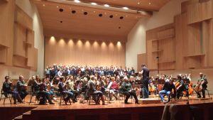 Kullervo-sinfoniaa harjoiteltiin keskiviikkoiltana. Etualalla Johanna ja Ville Rusanen sekä kapellimestari Johannes Gustavsson.