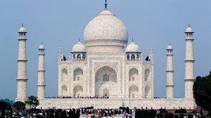 Taj Mahal. Rakennuksen edustalla suuri määrä ihmisiä.