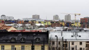 Eri ikäisiä kerrostaloja Helsingin Alppilassa ja Itä-Pasilassa.