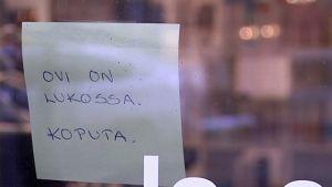Teksti ovessa Lahti parturi turvattomuus