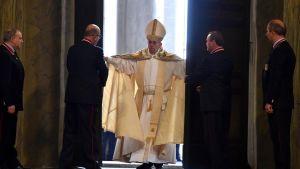Paavi avaa Pietarinkirkon pyhän oven.