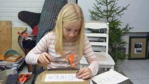 Iisa Ranta-Pere teki joulutyöpajassa nimikyltin