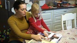 Anniina Pöyrin albumissa on muistoja jo neljästä synnytyksestä.