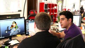 Tamatem-mobiilipeliyrityksen toimitusjohtaja Hussam Hammo (oik) ja pelisuunnittelija Hazim Hanbali työstävät uutta peliä.