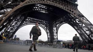 Ranskan armeijan sotilaat partioivat Eiffel-tornin juurella.