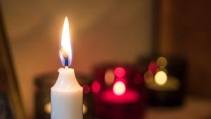 Kynttilöitä palaa.