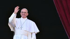 Paavi antoi Urbi et orbi -siunauksen Pietarinkirkon parvekkeelta 25. joulukuuta.
