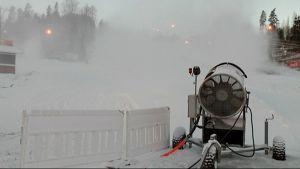 Lumitykki puhaltaa lunta Messilän laskettelukeskuksessa.