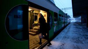 Matkustaja astelee z-junaan.