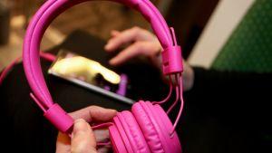 Pinkit kuulokkeet.