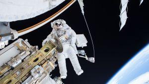 Astronautti Tim Kopra avaruuskävelyllä 22. joulukuuta 2015.