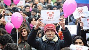 Samaa sukupuolta olevien liittojen laillistamista kannattavia mielenosoittajia.