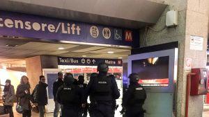 poliiseja rautatieasemalla