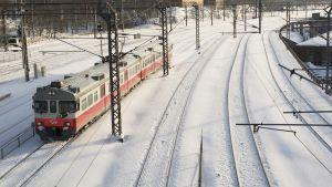 Lähijuna saapuu Pasilan asemalle tammikuussa 2016.