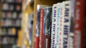 Kirjoja hyllyssä kirjastossa.