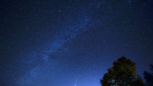 Meteori jättää näkyvän vanan pimeälle yötaivaalle.