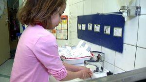 Tyttö pesee käsiään