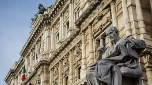 Antiikin oikeusoppineen patsas Italian korkeimman oikeuden edustalla.