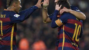 Neymar (vas.), Luis Suarez ja Lionel Messi juhlimassa maalia.